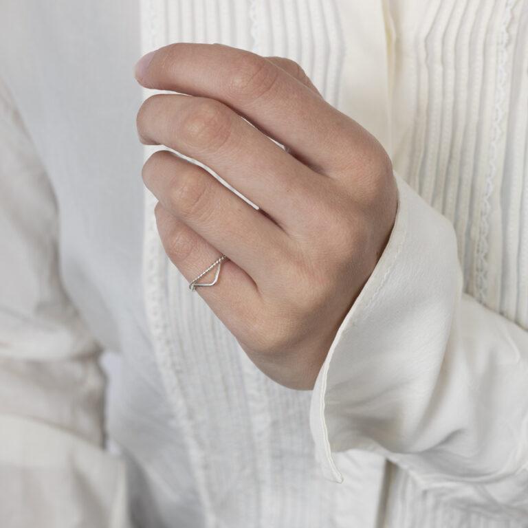 Dubbele zilveren ring met V shape en gedraaide ring