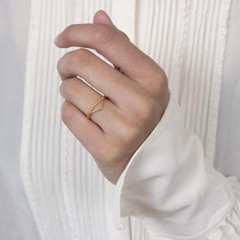 Dubbele gouden ring met V shape en gedraaide ring