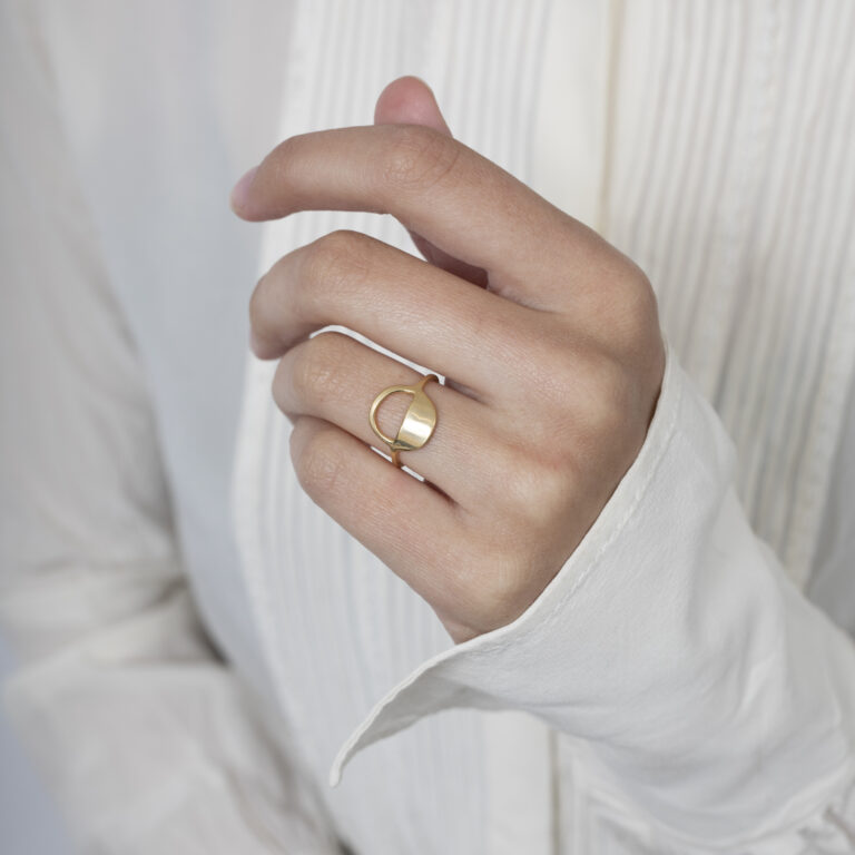 Gouden ring met rond design half open half dicht