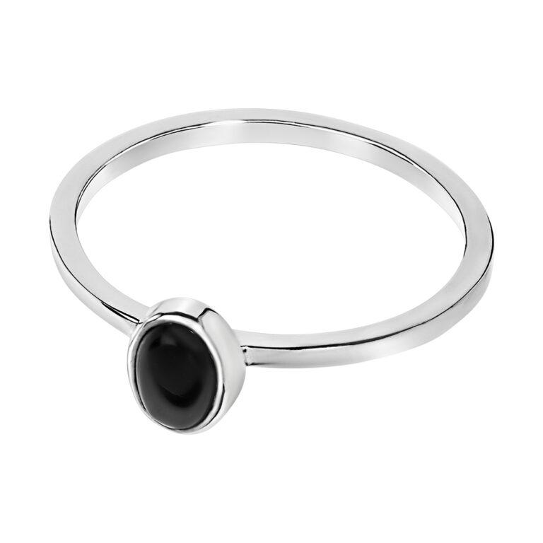 Fijne zilveren ring met ovaal design en zwarte steen