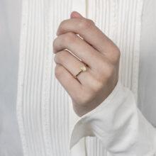 Fijne gouden ring met kleine zwarte steen
