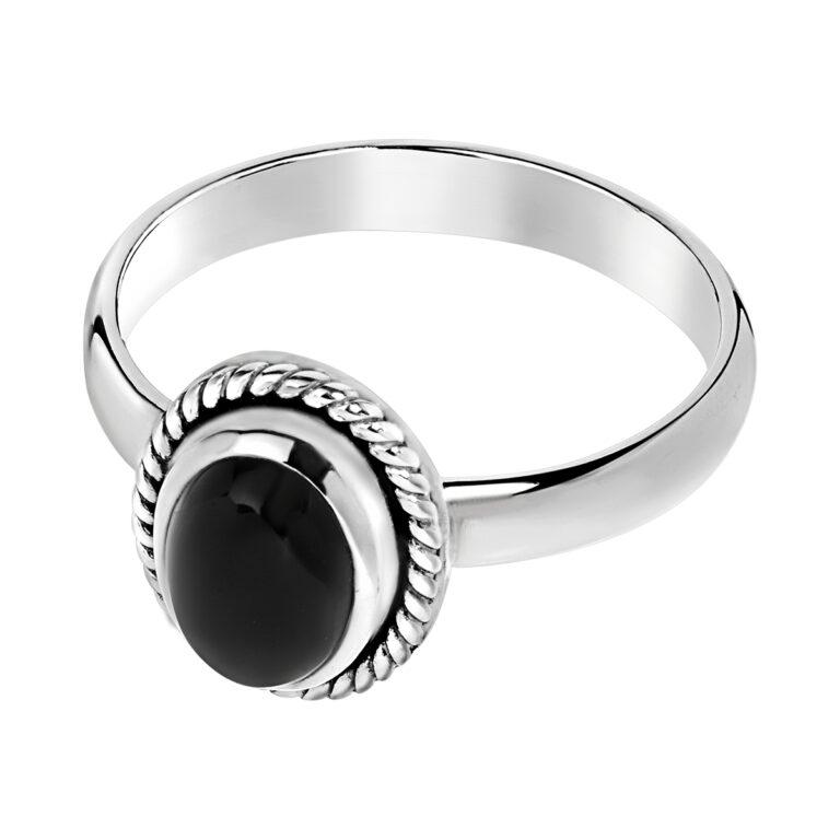 Zilveren ring met ovaal design gevlochten rand en zwarte steen