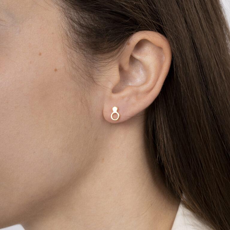 Gouden oorbel met 1 open rondje en 1 dicht