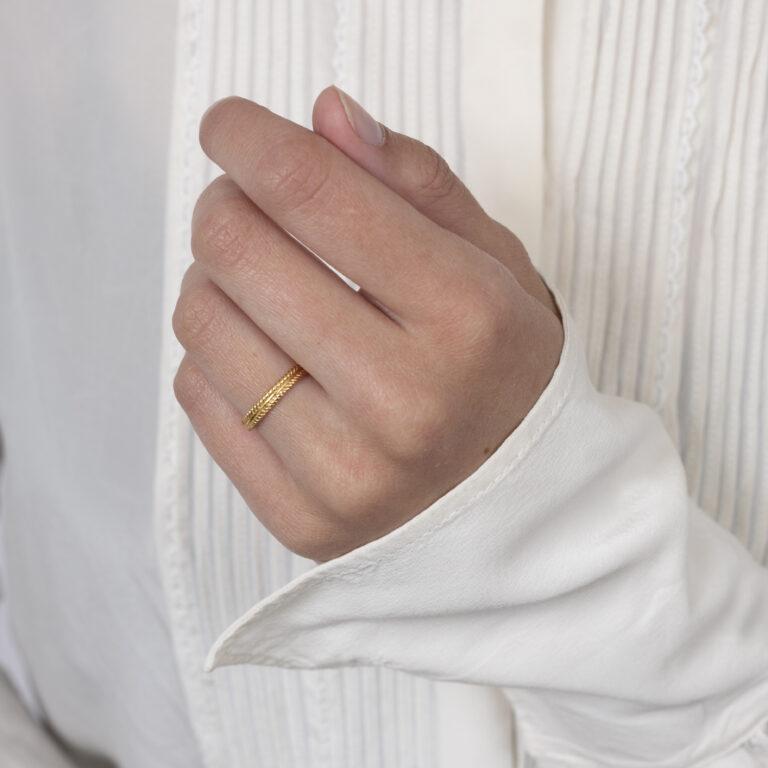 Gouden ring met 2 gevlochten kleine randjes