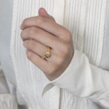 Gouden ring met zon design en grijze steen