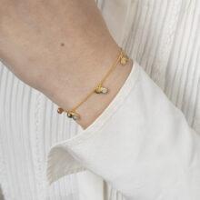 Gouden armband met grijze steen bedel