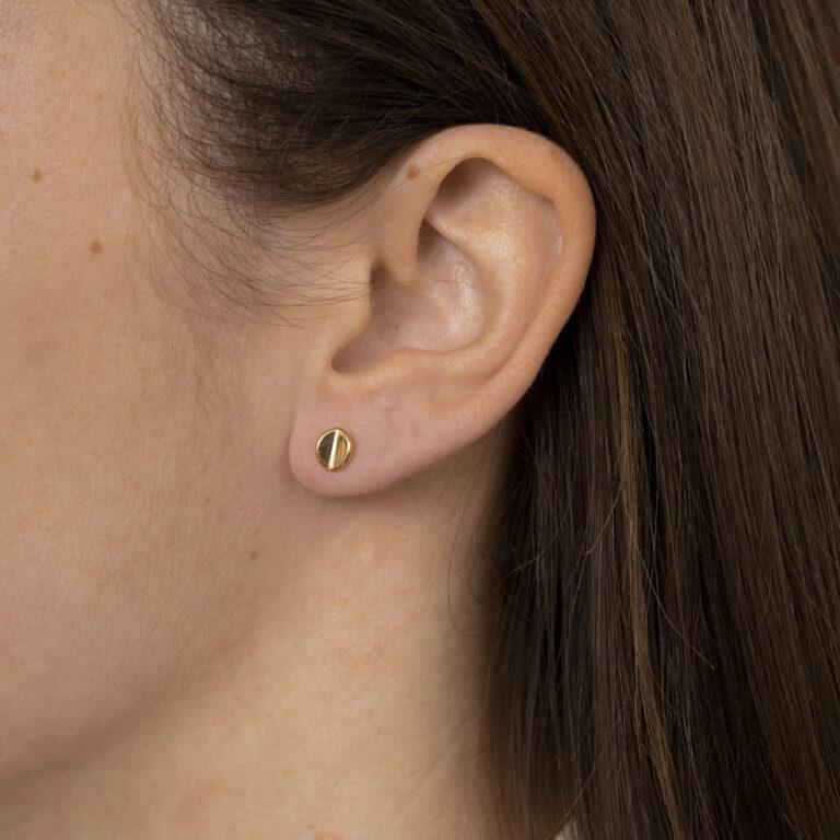Gouden kleine ronde gevouwen oorbel