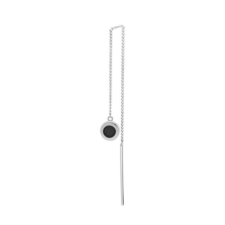 Zilveren ketting oorbel met ronde bedel hanger en een zwarte steen
