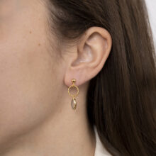 Gouden oorbel met ronde en ovale bedel met grijze steen