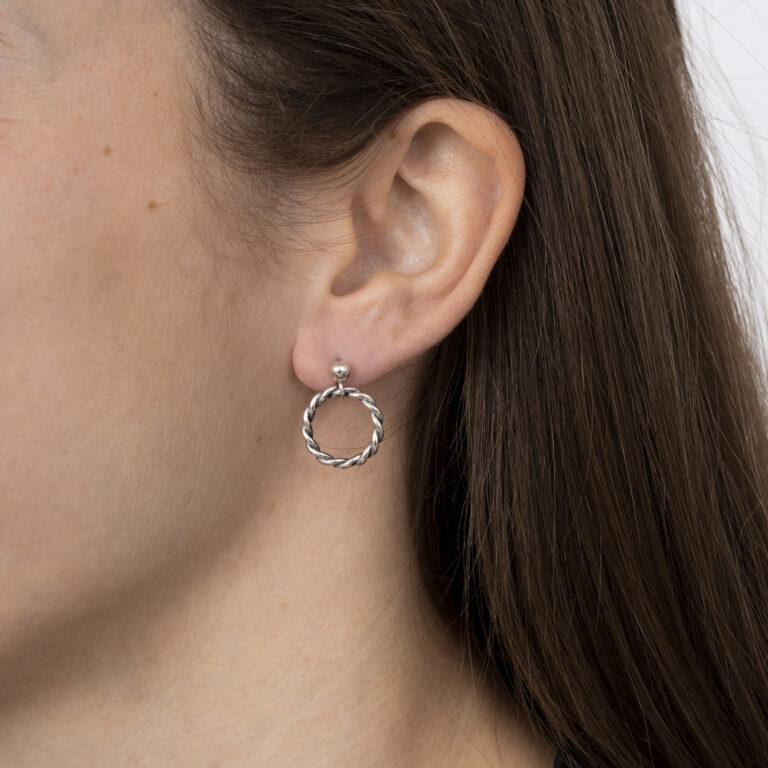 Zilveren oorbel met ronde gedraaide bedel