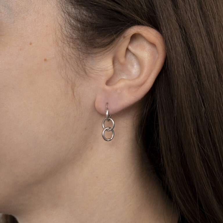 Zilveren oorbel met meerdere zilveren ringetjes