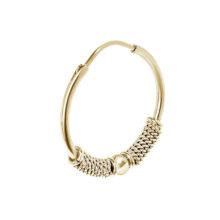 Grote gouden ronde oorbel met uitgewerkte designs